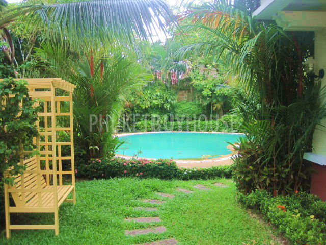 Beautiful large 3 bedroom house with big garden swimming for Big garden pools