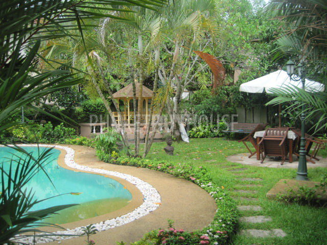 Cha1848 beautiful large 3 bedroom house with big garden for Pool garden house